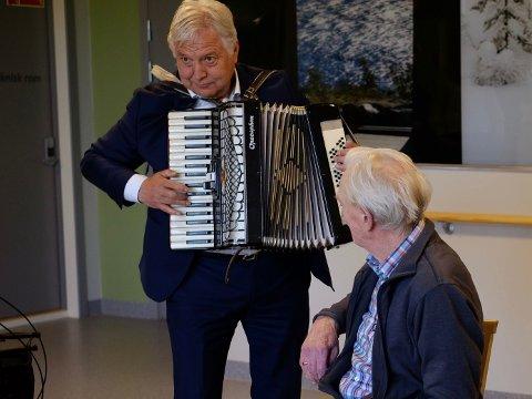 TREKKSPILL: Hobøl-ordfører Olav Breivik (H) håper å bli ordfører i den nye kommunen. Her serverer han trekkspillmusikk til sykehjemsbeboere i kommunen.