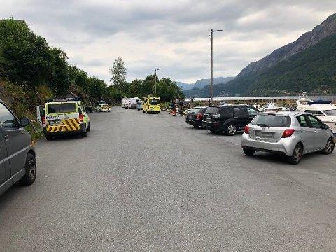 SØKER I SJØEN OG PÅ LAND: Torsdag ved 13-tiden melder politiet at dykkere søkere i sjøen, i tillegg er det flere båter som gjennomfører overflatesøk. Politiet iverksetter også strandsøk.