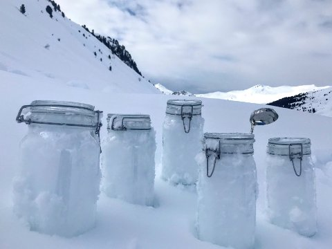 Prøver av snø fra Alpene i Sveits. Forskning viser at mikroplast transporteres i luften helt til Arktis, der det er funnet store mengder mikroplast i snøen. Foto: Jürg Trachsel / WSL-Institut für Schnee- und Lawinenforschung SLF / AP / NTB scanpix