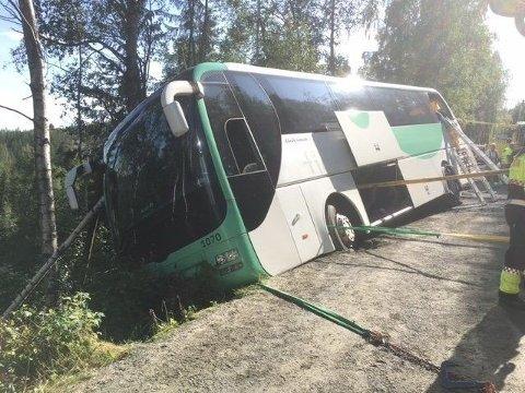 En buss med skoleelever kjørte av veien i Flesberg kommunen i Buskerud. Nødetatene har sikret bussen, og alle passasjerene er evakuert. Alle blir ivaretatt av helsepersonell.