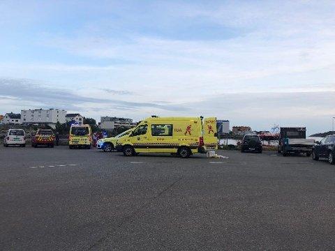 KRITISK: Tilstanden er kritisk for to personer som ble reddet opp etter at en bil kjørte gjennom autovernet og ut i vannet ved et fergeleie i Svolvær i Nordland lørdag kveld.
