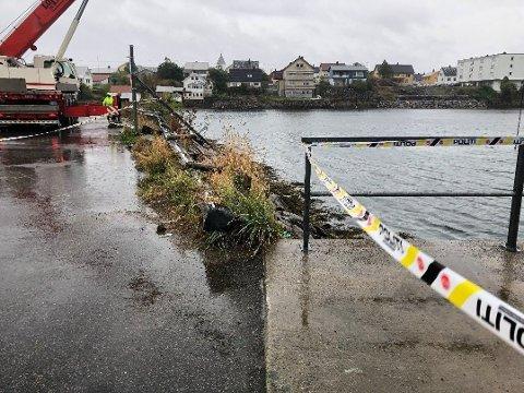 HAVNET I SJØEN: Det var her på fergeleiet i Svolvær at bilen med tre personer kjørte utfor kaikanten lørdag.