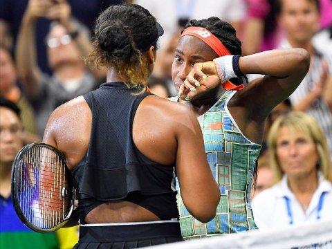 OMSORGSFULL ENER: Naomi Osaka (med ryggen til) er rangert som verdens beste spiller, men er også kjent for omtanken hun viser for konkurrenter. Her får USAs nye tenniskomet Coco Gauff (15) trøst etter å ha blitt slått ut av japaneren i sitt første US Open.