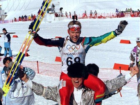 DEN STØRSTE TRIUMFEN: Halvard Hanevold vant individuelt OL-gull på 20-kilometeren i Nagano i 1998. Den avdøde skiskytterens største triumf ble hyllet både i Norge og ellers i skiverdenen. Her feires seieren sammen med NRKs daværende stuntreporter Alex Rosén.