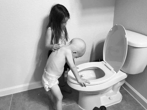 3. september la moren ut denne posten på Facebook, som viser bildet av fire år gamle Beckett som følges til toalettet av sin søster Audrey (5). Mens fireåringen gjør seg klar til å spy, står den eldre søsteren og stryker ham på ryggen.