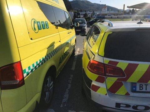 Politimannen synes ambulansen parkerte irriterende nærme på den store parkeringplassen.