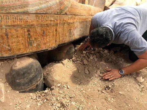 FLERE LAG: De 20 kistene som ble funnet lå stablet oppå hverandre i en stor grav.