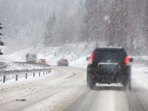FORSIKTIG: Det er meldt farevarsel om snø på Sørlandet, og bilister bør være forsiktige på veien. Illustrasjonsfoto: Paul Kleiven / NTB scanpix