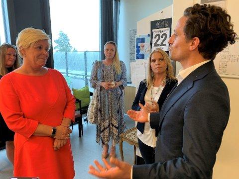 SELGER: Konsernsjef i Unicare, Christoffer Sundby, fortalte varmt om Hovseterhjemmet da Frp-leder Siv Jensen besøkte sykehjemmet før valget i høst. Nå selger det private selskapet alle sine sykehjem i Oslo.