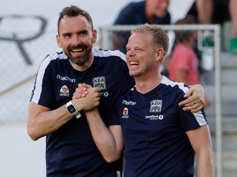 SPLITTES: Kristiansunds trenerduo Joakim Klæboe (til venstre) og Christian Michelsen. Her avbildet etter borteseieren mot Odd i 2018.