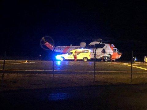 KOLLISJON: En kvinne i 80-årene omkom, og en kvinne i 40-årene ble alvorlig skadd i en kollisjon mellom to personbiler på E10 i Svolvær i Nordland i 20-tiden torsdag kveld. Foto: Bjørnar Larsen