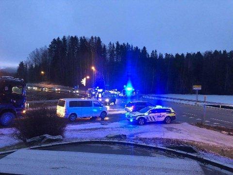 FOTGJENGER PÅKJØRT: En kvinnelig fotgjenger ble påkjørt i gangfeltet ved avkjøringen til Nesbakken mandag morgen.