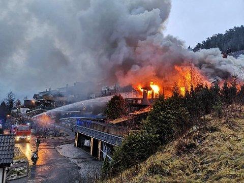 BOLIG TOTALSKADD: Det brant kraftig i denne tomannsboligen i Førde mandag.