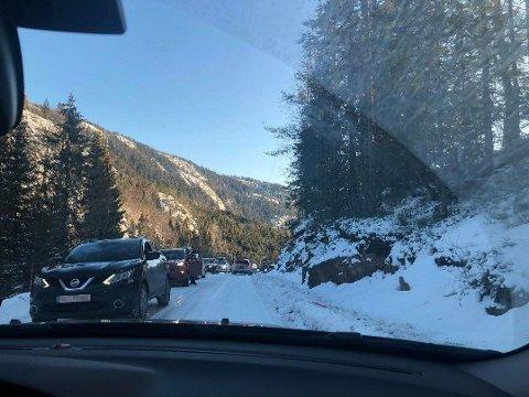 STÅR BOM FAST: Svært glatte veier skapte kaos på vei til Svanstul i Vestfold og Telemark fylke lørdag formiddag.