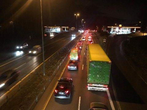STO NESTEN STILLE: Trafikken hopet seg opp på E6 i retning Oslo torsdag morgen som følge av ulykken forbi Brånåsen. Dette bildet ble tatt på Skedsmovollen like før klokka 07 torsdag.