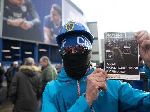 Fra 1. februar blir tillatelsen gjort generell. Dette bildet er fra 12. januar i år, da London-politiet tok i bruk teknologien for å gjenkjenne utestengte hooligans ved Cardiff stadion.