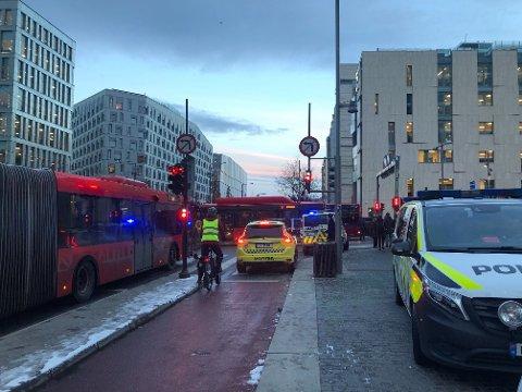 ULYKKE: En mann er alvorlig skadd etter en ulykke mellom fotgjenger og buss i Bjørvika, Oslo, onsdag morgen.