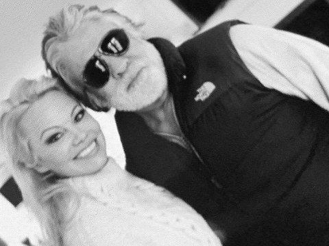 """Pamela Anderson og Hollywood-produsenten Jon Peters var bare gift i 12 dager. Etter at de ble gift, la Pamla Anderson ut dette bildet på sin Twitter-konto med teksten """"Happy Couple"""". Bildet er nå slettet fra hennes Twitter-konto."""