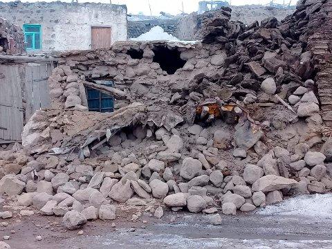 Flere hus har rast sammen i landsbyen Baskale i Van-provinsen i Tyrkia. Foto: AP / NTB scanpix