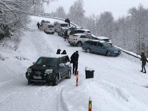 SVÆRT GLATT: 12 biler i kjedekollisjon i Saksumdalsvegen. Vegen ble stengt mens bilene ble fjernet. Under snøen er det glatt is, det er knapt mulig å holde seg på beina, opplyste GDs fotograf på stedet.