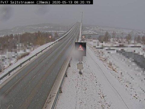 SNØ I VENTE: Nullføre, snø og vind på fylksvei 17 over Saltstraumen i Nordland onsdag morgen. Onsdag ventes lokalt kraftige snøbyger i Nordland og Troms.