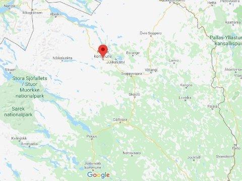 GRUVEBY: Kiruna ble grunnlagt i 1900, få år etter at LKAB startet utvinning av jernmalm i området. Deler av selve byen ligger over gruvene. Fare for at grunnen kan rase ut har ført til at noen boligområder har blitt stengt av, og det er planer om å flytte deler av byen.