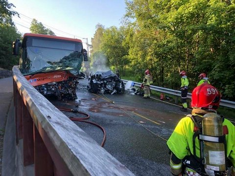 ALVORLIG ULYKKE: Politiet meldte en person død etter den alvorlige ulykken mellom en bil og buss på Sørås i Bergen. Nå melder politiet at det var feil.