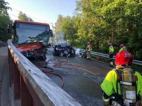 BIL MOT BUSS: Trafikkulykken skjedde på Sørås i Bergen tirsdag da en bil og en buss kolliderte.