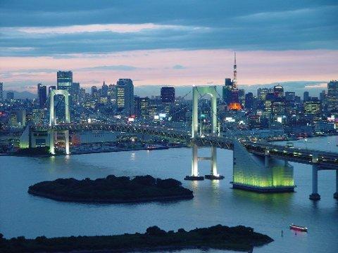 OPPGANG I TOKYO: Ved lunsjtid lokalt fredag er hovedindeksen på børsen i Tokyo opp over én prosent. Illustrasjonsfoto: Regnbuebroen ved Minato-verftet i Tokyo.