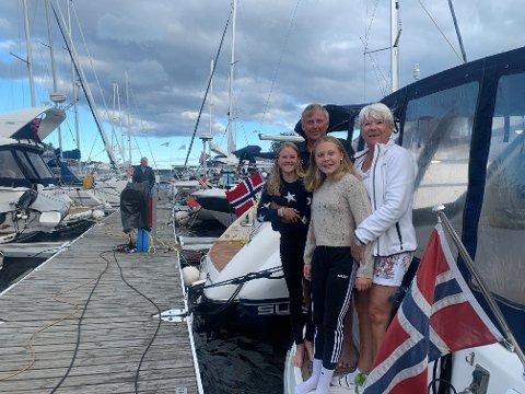 TRUENDE SKYER: Reidun og Bjørn Andreassen har vært værfaste siden midten av forrige uke med blant andre barnebarna Martha Linnea Jensen og Amalie Andreassen Strøm. De tror det vil gå flere dager før ferien kan fortsette sørover langs kysten.