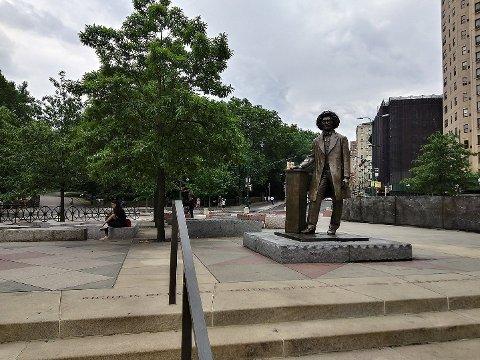 Illustrasjonsfoto: Statue av Frederick Douglass ved Frederick Douglass Circle, 110th St & Central Park West, New York.