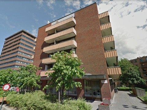 STÅR TOM: Denne kommunalt boligblokka på Tøyen torg i Oslo står fortsatt tom etter at de siste beboerne ble kastet ut for fem år siden. Det får Høyre til å rase, som krever fortgang i saken fra byrådet.