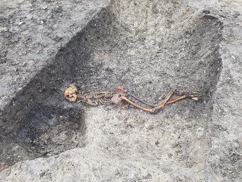 MYSTISK FUNN: Arkeologer i England har funnet skjelettet av en mann, med hodet liggende nede i ei grøft og hendene bundet på ryggen.