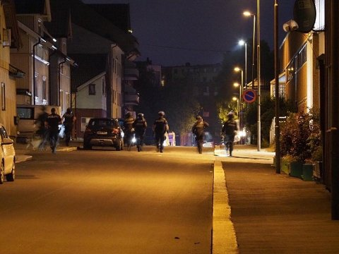 Store styrker fra politiet inntok Sarpsborg der flere personer ble knivstukket sent tirsdag kveld.