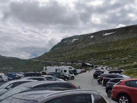 POPULÆRT TURMÅL: Mange hundre biler står parkert langs den svingete og uoversiktlige veien. Verst fra Stavsro i retning Rjukan. Trafikken står nå bom stille, meldte politiet fra parkeringsplassen ved Gaustatoppen.