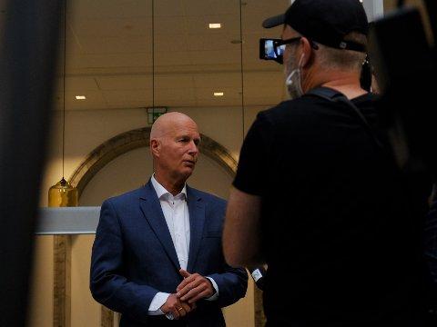 ANBEFALING: Helsedirektør Bjørn Guldvog sier Norge er nødt til å unngå økt trykk i kollektivtrafikken og dermed fortsatt anbefale hjemmekontor.
