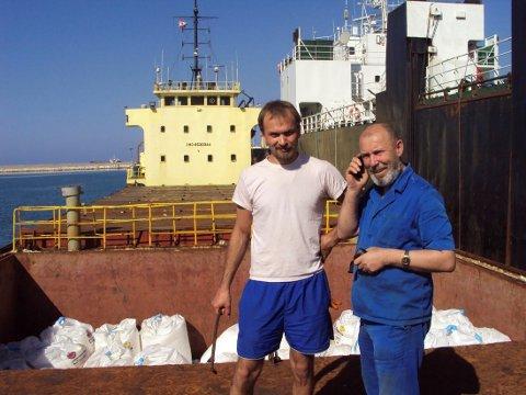 EKSPLOSIV LAST: Her står Boris Musintsjak (t.v.) og kaptein Boris Prokosjev på skipet lastet med 2750 tonn ammoniumnitrat, sommeren 2014.