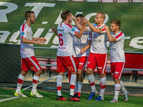 Henrik Kjelsrud Johansen (midten) er trolig tilbake i startoppstillingen mot Kvik Halden. Foto: Fredrikstad Blad