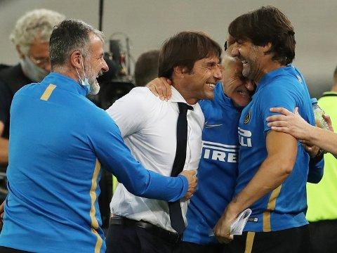 Inter-trener Antonio Conte feirer finaleplassen sammen med kollegaene sine. Vi tror de får mer å juble for fredag kveld.