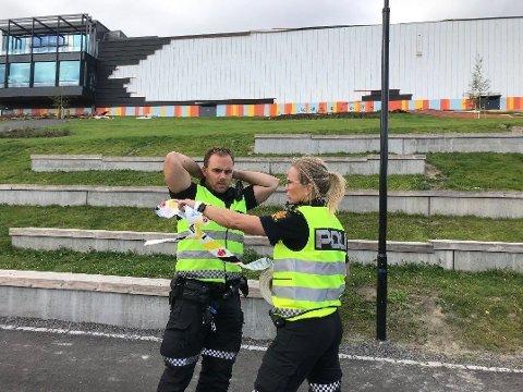 STORE SKADER: Fasaden til Fjell skole i Drammen fikk skader etter kraftige vindkast. Politiet sperrer av området rundt skolen for å hindre ulykker.