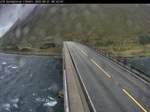 Gimsøybrua (E10) mandag morgen. Værstasjonen viste vindstyrke på 21,6 meter i sekundet ved 09-tiden.