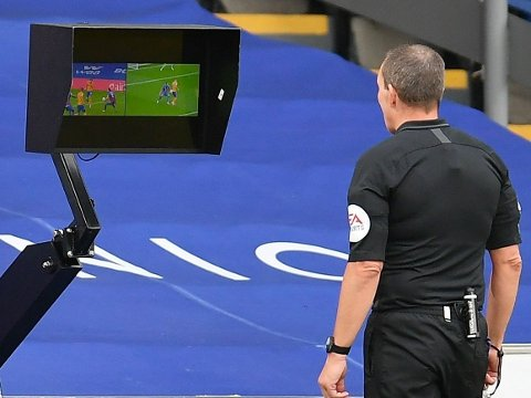 AVGJØRENDE AVGJØRELSE: Domnmer Kevin Friend dømte straffe til Everton etter å ha sett en Crystal Palace-hands på videobildene like før pausen på Selhurst Park.