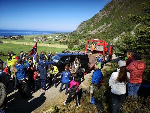 Motstandere av det planlagte vindkraftanlegget på Haramsøya blokkerte i juni veien opp til Haramsfjellet med en bil, for å hindre transport av utstyr til anlegget. Foto: Hilde Beate Ellingsæter / Norde / NTB