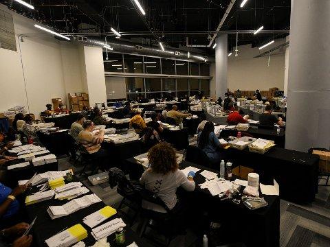 FANT STEMMER SOM IKKE VAR TALT: Fintellingen pågår for fullt i flere fylker i Gergia - her fintelling i Fulton County.