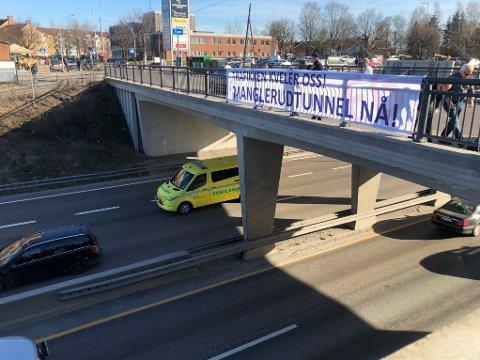 ØNSKER TUNNEL: Ifølge skribentene er det i dag75.000 biler og 10-12.000 lastebiler som hvert eneste døgn passerer langs E6 Oslo øst. Her fra gangbroen over E6 - mellom Manglerud T-banestasjon og Manglerud senter.