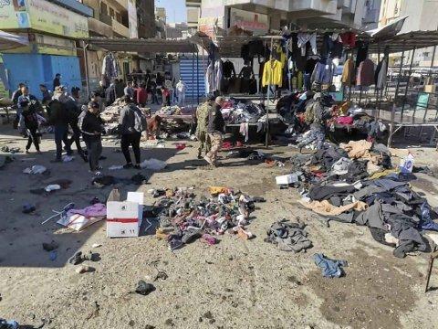 To selvmordsbombere slo med kort tids mellomrom til mot et marked for brukte klær i sentrum av Iraks hovedstad Bagdad torsdag. Minst 32 mennesker ble drept. Foto: AP / NTB