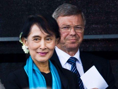 Aung San Suu Kyi fikk tildelt Nobels fredspris på 1990-tallet, men møtte ikke opp for å motta prisen på grunn av den spente situasjonen i hjemlandet. Først i 2016 kom hun til Oslo for å holde nobelforedraget. Her mottar hun folkets hyllest i Oslo med Kjell Magne Bondevik i bakgrunnen.