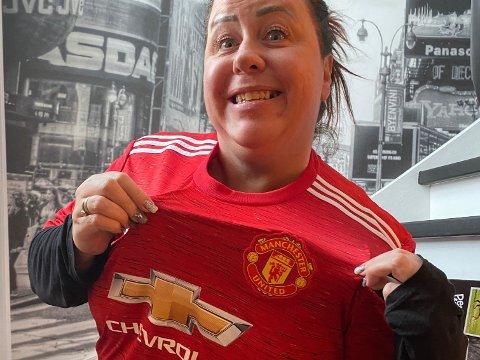 TÅREVÅT GLEDE: Camilla Døhlen Løken (42) trodde knapt sine egne øyne da den signerte Manchester United-drakten dukket opp i postkassa.