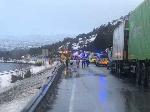BIL TATT AV SKRED: Politiet bekrefter at en person er tatt av skredet som gikk på riksvei 80 i Fauske i Nordland torsdag morgen. Foto: Christian Andre Unosen (Avisa Nordland)