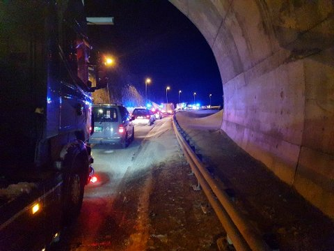 E6 forbi ulykkesstedet ble stengt i mer enn fire timer etter ulykken, men veien ble gjenåpnet for trafikk like etter midnatt onsdag.